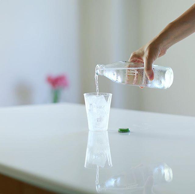 いろはすグラススパークリングウォーターでグッドモーニング。それにしても炭酸水はガラス瓶に入ってるとグンと美味しく感じるなぁ。nendoのデザイン。うまい! (Instagram)