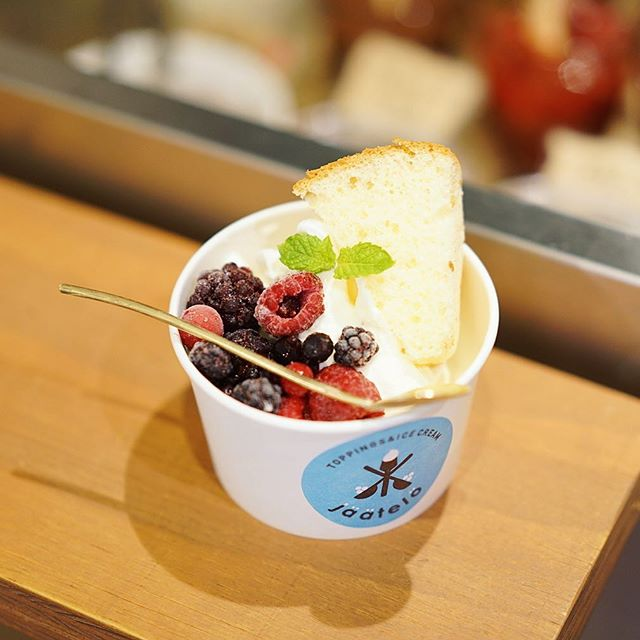 今日のおやつはアニーのアイスクリーム屋さん。しかもスプーンはモノコトでとんかちトントンと自分で作った真鍮のマイスプーン。うまい!#オニマガ名古屋散歩-#モノコト #大須モノコト #アニーのアイスクリーム屋さん (Instagram)