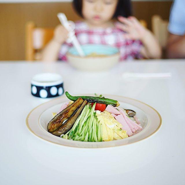 今日のお昼ごはんは冷やし中華。焼き茄子と焼きオクラ乗せ。うまい!#nokton40mm (Instagram)