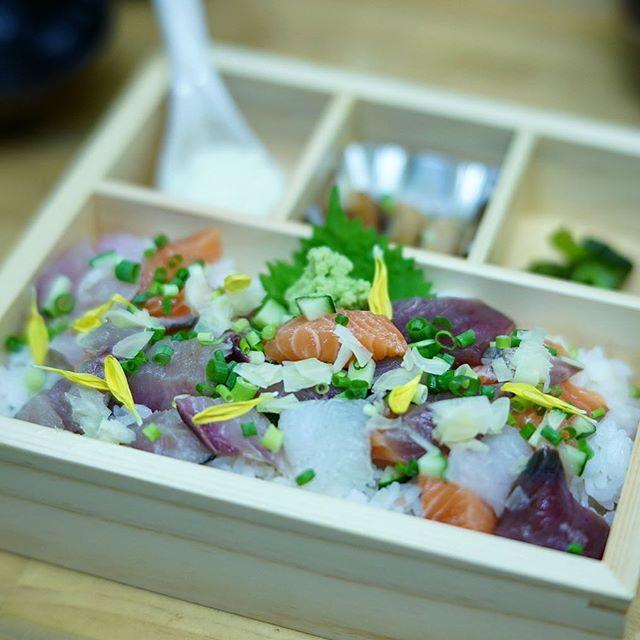 柳橋中央市場の魚河岸割烹鮮に海鮮ばらちらし食べに来たよ。うまい!#オニマガ名古屋散歩-#魚河岸割烹鮮 #柳橋中央市場 #マルナカ食品センター #7artisans (Instagram)