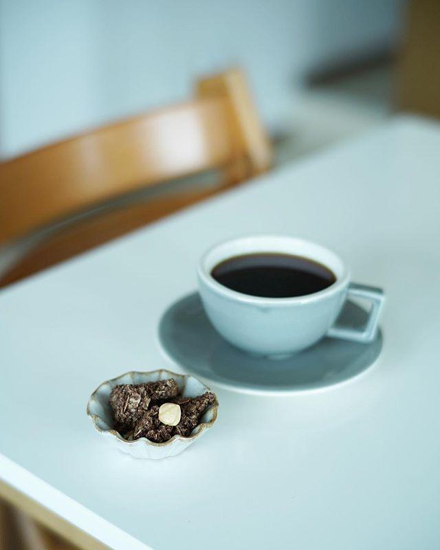 OYATSUYA SUNのグラノーラをおつまみにグッドモーニングコーヒー。うまい! (Instagram)