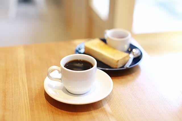 近所のプレオープン中のコーヒー屋さんでグッドモーニングコーヒー。雨上がりの静かな朝。うまい! (Instagram)