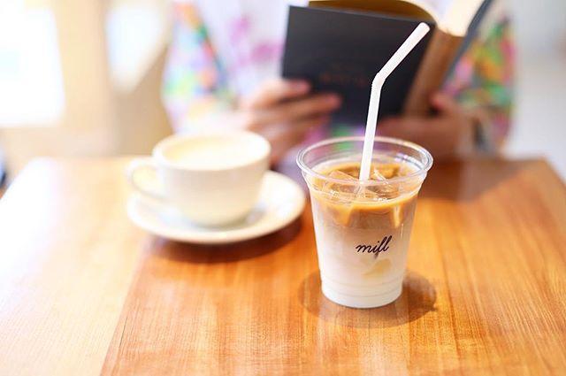 新しいコーヒー屋さんでグッドモーニングアイスカフェラテ。そしてのんびり読書。いい朝。うまい!#オニマガ名古屋散歩 (Instagram)