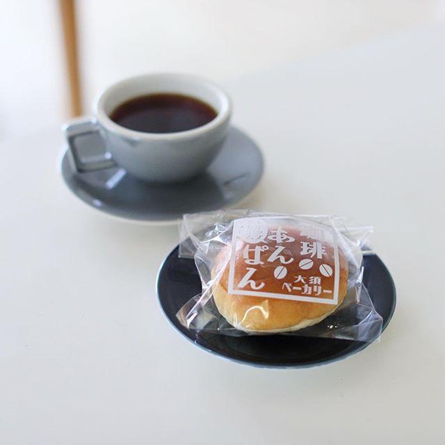 大須ベーカリーの珈琲あんぱんホイップクリーム入りでグッドモーニングコーヒー。冷やして食べると、うまい! (Instagram)