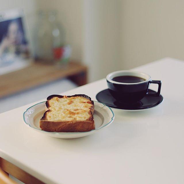 クアトロフォルマッジなチーズトーストでグッドモーニング。ちょっとパン焦げすぎた。うまい! (Instagram)