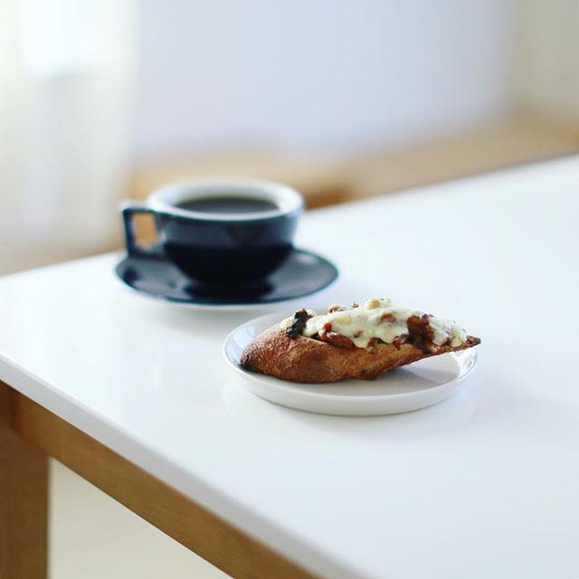焼きチーズカレーバゲットでグッドモーニング月曜日。うまい! (Instagram)
