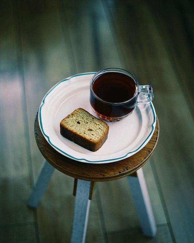 お土産にもらった紅茶ブランデーケーキ的なやつでグッドモーニングコーヒー。うまい! (Instagram)