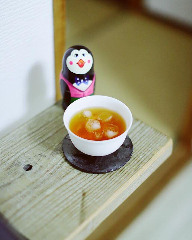 グッドモーニングなんらかの奥様特製ブレンドティー。こないだ #thinktwicenagoya で買った湯のみと、 #mout_life の植物用のプレートを合わせてみたらいい塩梅。うまい! (Instagram)