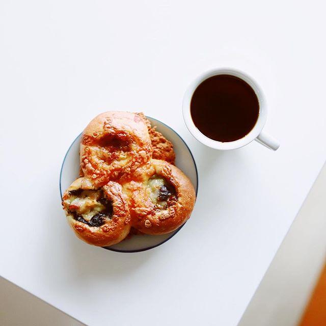 お土産にもらったブレ・ヴァンのカレーパンでグッドモーニングコーヒー。3種類もカレーが入ってる!ネーミングが「3種類のカレー味わい」。ナイス。うまい!...#ブレヴァン #ブーランジェリーブレヴァン (Instagram)