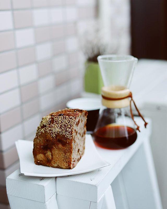 SURIPUのくるみとレーズンの茶色いパンでグッドモーニングコーヒー。名前忘れたけどこれ美味しい。雨の金曜日。うまい! (Instagram)