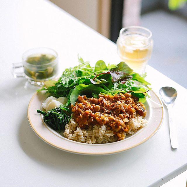 今日のお昼ごはんは豆とキャベツのドライカレー、ほうれん草のおひたし、粉ふきいも、葉っぱいろいろのサラダ、コンソメスープ。うまい! (Instagram)