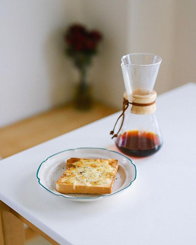 蜂蜜チーズトーストでグッドモーニングコーヒー。こないだROWS COFFEEで食べたやつが超美味しかったので真似してみたー。パンはadedgeの食パン。コーヒーはLIGHT UP COFFEE。うまい! (Instagram)