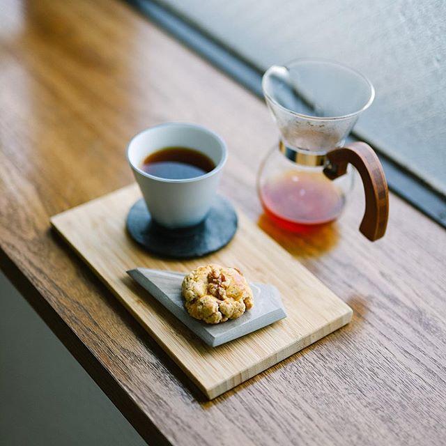 奥様お手製のくるみ饅頭でグッドモーニングコーヒー。饅頭というかあんこ入りスコーンというか、そんな手作り和菓子。うまい! (Instagram)
