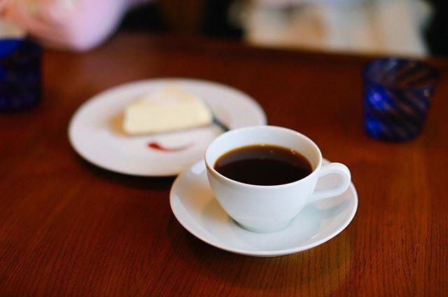 新舞子に途中下車してオワゾーコーヒーでおやつタイム。コーヒー&チーズケーキ。うまい! (Instagram)